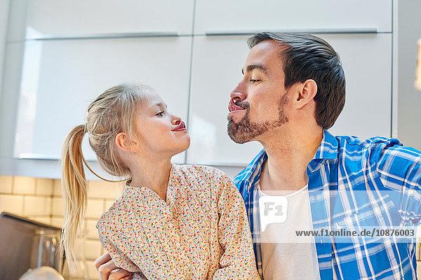 Vater und Tochter machen in der Küche Selbstgefälligkeit