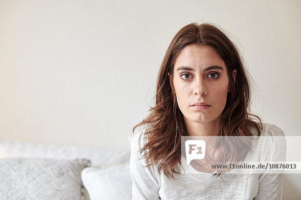 Porträt einer jungen Frau  die in die Kamera starrt