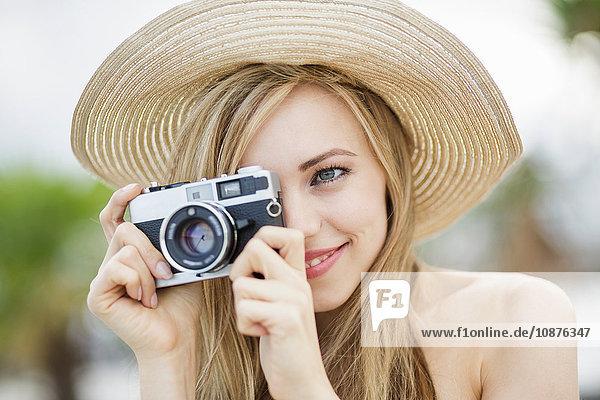 Schöne langhaarige junge Frau fotografiert in der Stadt