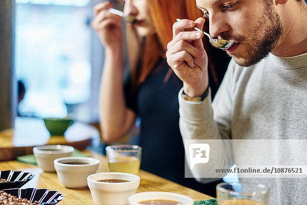 Mann und Frau bei der Verkostung von Kaffeeschalen