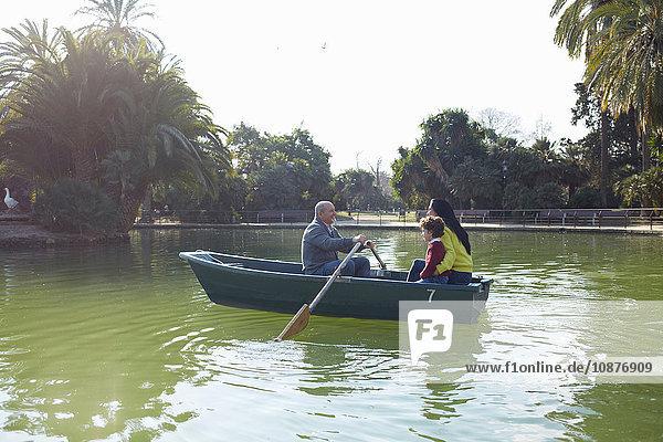 Familie im Ruderboot auf dem See