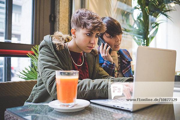 Zwei Schwestern im Cafe  mit Laptop