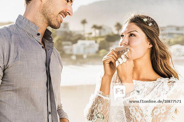 Frau küsst Antragszettel von ihrem Freund am Strand  Kapstadt  Südafrika
