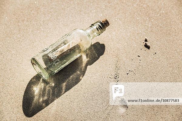 Overhead-Ansicht der Flaschenpost am Strand  Kapstadt  Südafrika