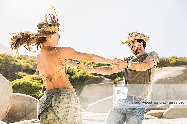 Paar mittlerer Erwachsener tanzt am Strand  Kapstadt  Südafrika