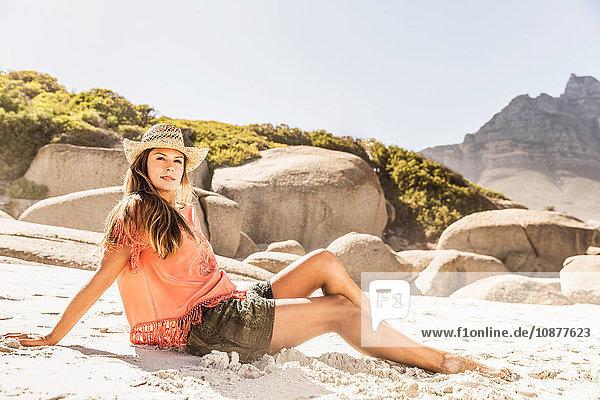 Frau entspannt am Strand  Kapstadt  Südafrika