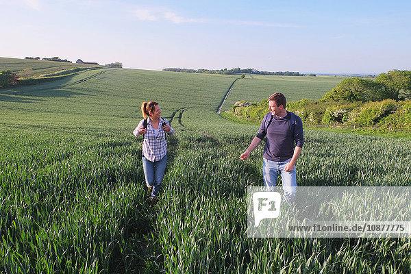 Ehepaar beim Wandern im Feld
