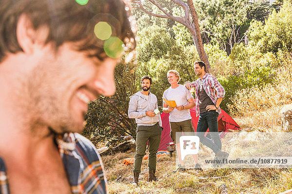 Nahaufnahme eines Mannes  der mit Freunden im Wald zeltet  Deer Park  Kapstadt  Südafrika