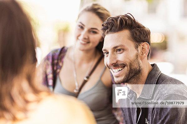 Freunde auf der Straße plaudern und lächeln