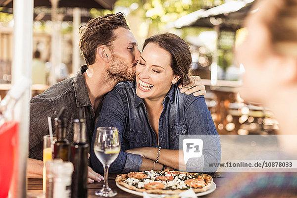 Pärchen im Straßencafé küsst sich