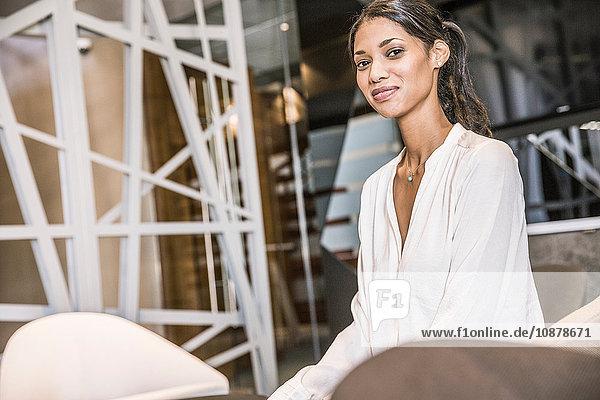 Geschäftsfrau schaut lächelnd in die Kamera