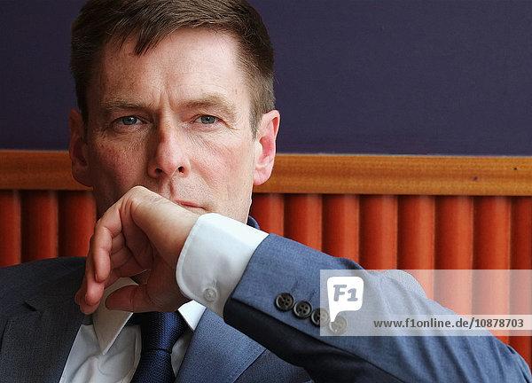Porträt eines reifen Geschäftsmannes  nachdenklicher Ausdruck