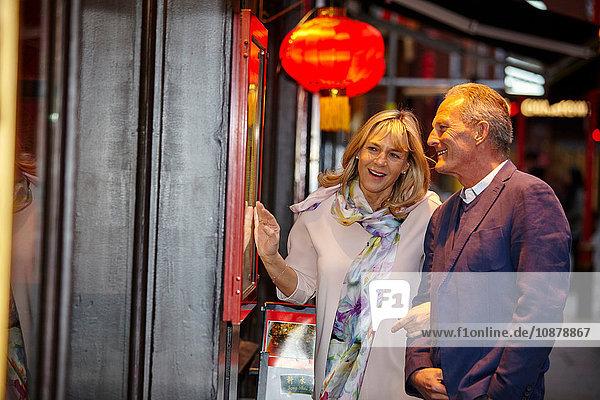 Reifes Dating-Paar beim Lesen der Speisekarte eines Restaurants in China Town  London  Großbritannien