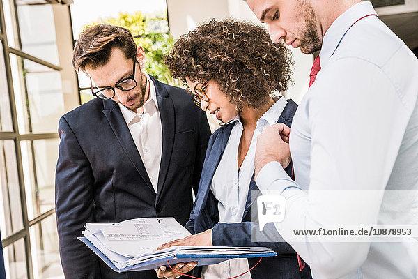 Geschäftsleute  die außerhalb des Büros Papierkram erledigen