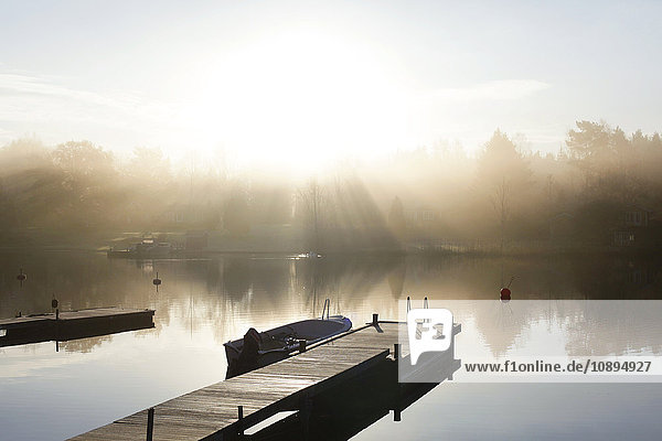 Schweden  Roslagen  Vato  Morgen am See im Herbst