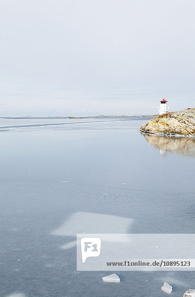 Schweden  Bohuslan  Orust  Mollosund  Leuchtturm am gefrorenen Meer