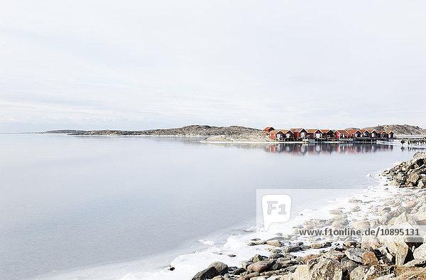 Schweden  Bohuslan  Orust  Edshultshall  Holzhäuser und Felsenküste im Winter