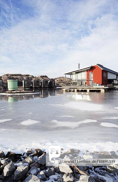 Schweden  Bohuslan  Orust  Skarhamn  Holzhaus am gefrorenen Meer