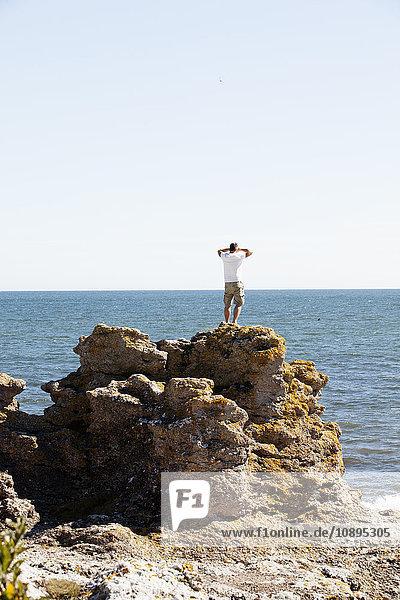 Schweden  Gotland  Rückansicht des Menschen auf dem Felsen
