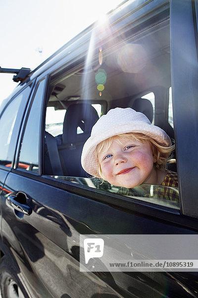 Schweden  Gotland  Visby  Porträt eines im Auto sitzenden Mädchens
