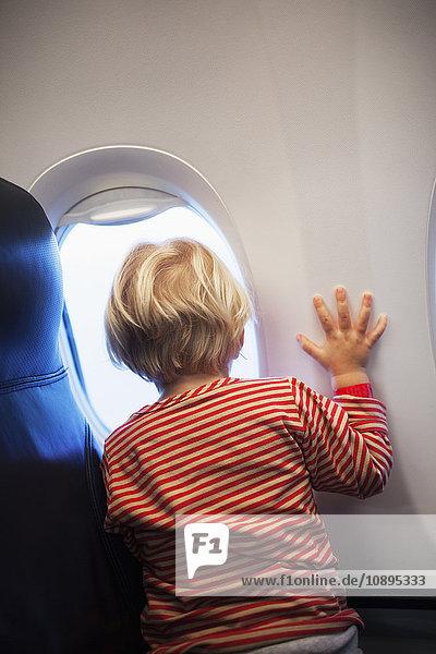 Schweden  Mädchen (2-3) mit Blick durch das Flugzeugfenster