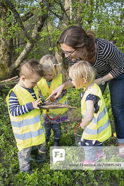 Schweden  Vastergotland  Olofstorp  Bergum  Kinderbetreuung (2-3) im Freien