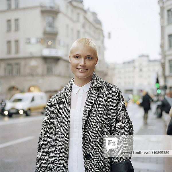 Schweden  Stockholm  Porträt einer erwachsenen Frau in der Stadt