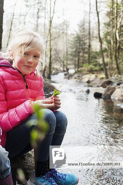 Schweden  Vastergotland  Naturschutzgebiet Vattlefjall  Mädchenporträt (10-11) am Fluss
