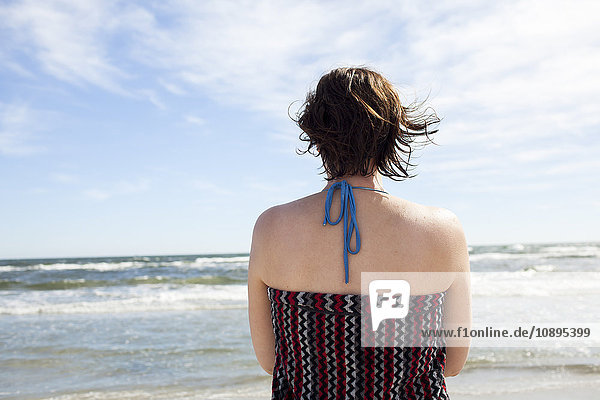 Schweden  Skane  Osterlen  Malarhusen  Frau am Meer