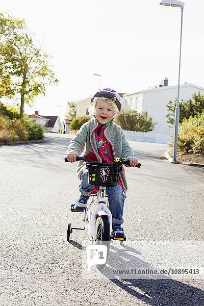 Schweden  Bohuslan  Girl (2-3) Fahrrad fahren