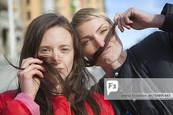Schweden  Stockholm  Ostermalm  Zwei Frauen spielen mit Haaren