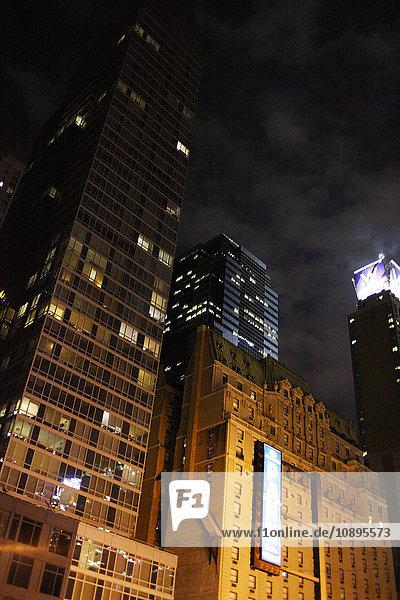 USA  New York State  New York City  Beleuchtete Wolkenkratzer bei Nacht