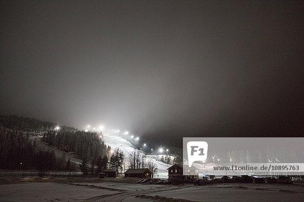 Schweden  Medelpad  Sundsvall  Sodra Berget  Skigebiet bei Nacht