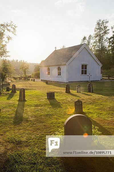 Schweden  Medelpad  Galtstrom  Kirche bei Sonnenuntergang