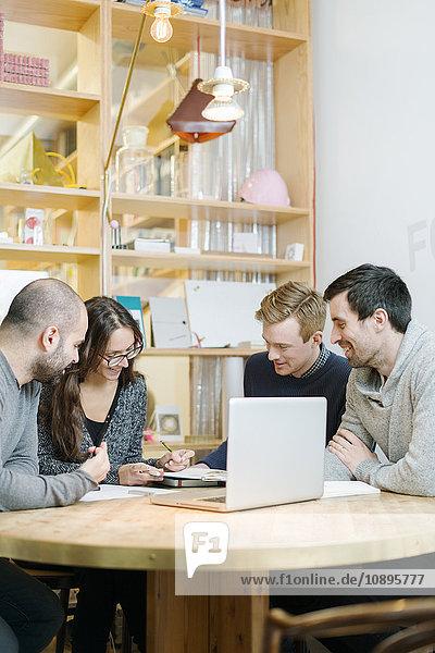 Schweden  Architekten diskutieren im Büro