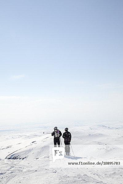 Schweden  Jamtland  Snasahogarna  Rückansicht der erwachsenen Männer mit Blick auf die Berge im Winter