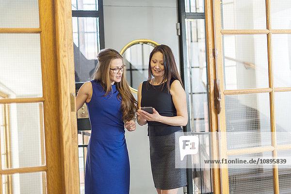 Schweden  Geschäftsfrauen im Gespräch