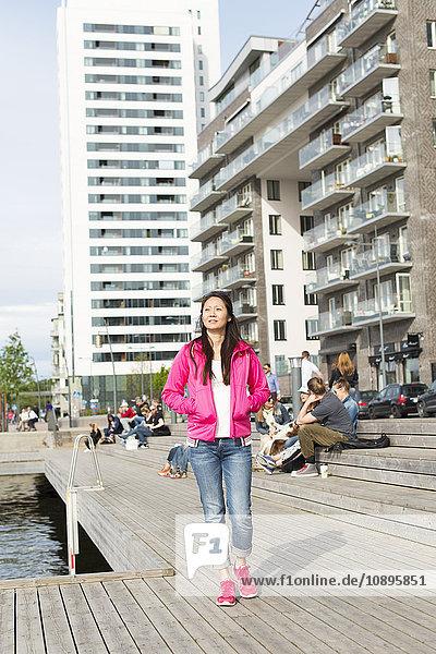Schweden  Uppland  Stockholm  Kungsholmen  Hornsbergstrand  Frau in rosa Jacke