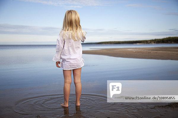 Schweden  Medelpad  Juniskarr  Blondine (6-7) im Wasser stehend
