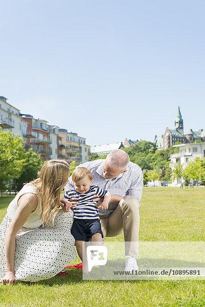 Schweden  Sodermanland  Nacka  Finnboda Hamn  Eltern assistierender Sohn (18-23 Monate) mit ersten Schritten