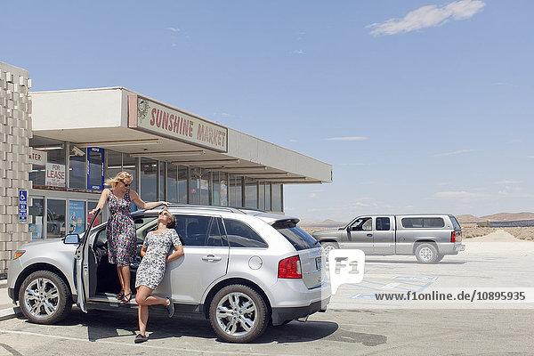 USA  Kalifornien  Weibliche Freunde auf Roadtrip vor dem Markt
