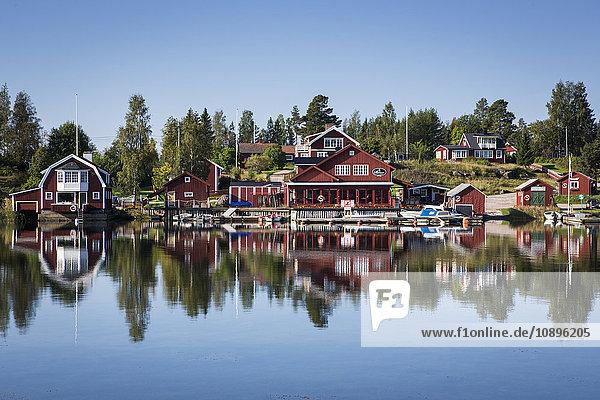 Schweden  Medelpad  Skatan  Blick auf die Stadt am Flussufer