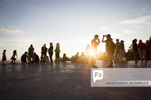 Schweden  Medelpad  Sundsvall  Menschen beim Musikfestival