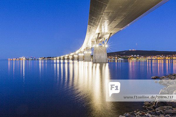 Schweden  Medelpad  Sundsvall  Sundsvallbron  Brücke bei Nacht