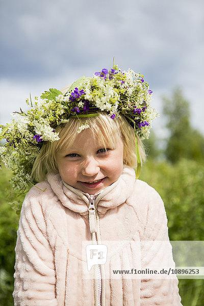 Schweden  Medelpad  Juniskar  Portrait eines Mädchens (4-5) mit Blumen