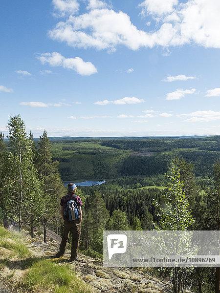 Schweden  Medelpad  Storberget naturreservat  Wanderer im Blickpunkt