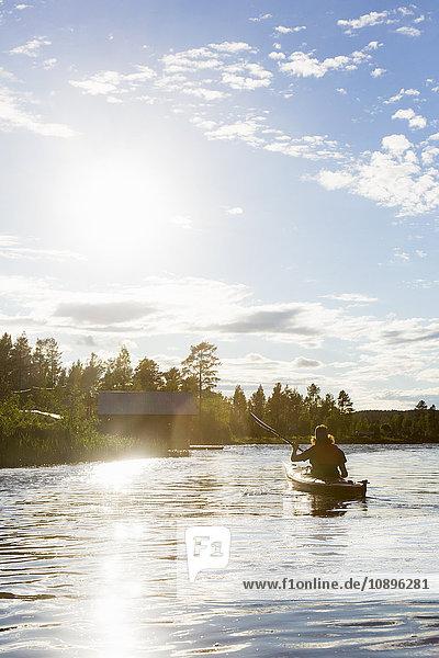 Schweden  Medelpad  Sundsvall  Juniskar  Mittlerer Erwachsener Mann im Kanu
