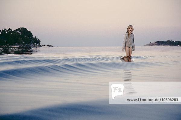 Schweden  Medelpad  Sundsvall  Juniskar  Mädchen (8-9) im Wasser stehend