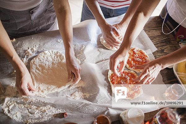 Italien  Toskana  Frauen  die hausgemachte Pizzen zubereiten