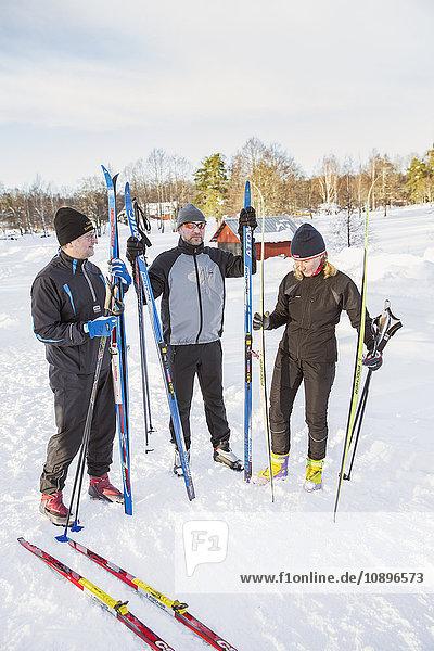 Schweden  Skifahrer im Freien im Winter